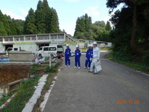 堆肥舎の建設現場の見学で、所長に説明を受けています