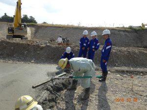 山王川用水路現場の調整池の中のコンクリート打設の見学です。