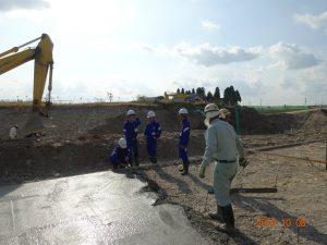 月曜日にとなみ協立生コンさんで制作体験した生コンクリートが現場で使われる様子を見ています。