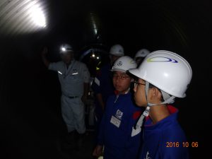 中はトンネルのように暗いです。