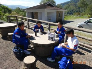 有峰湖の休憩所で弁当をいただきます。 4人の雰囲気がよく出ています。