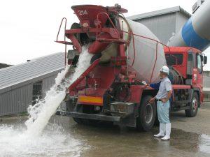 となみ協立生コンの藤原営業部長さんより生コン車の操作の仕方を教わっています。(生コンの代わりに水を入れてあります)