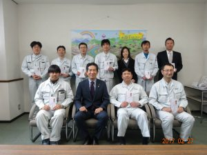 お子さんを3人以上育てている社員の方々を表彰しました。上田社長との記念撮影です。