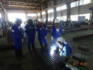 トナミ鉄工の工場で溶接の体験です 先生のお手本を見ています