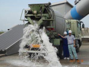コンクリートミキサー車が現場でどうやってコンクリートを降ろすかの体験、コンクリートの代わりに水で体験させて頂きました
