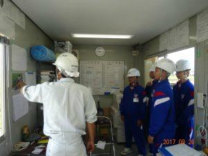 小水力発電所の建屋新築工事現場を見学しました。衣笠所長から工事概要の説明を受けています。