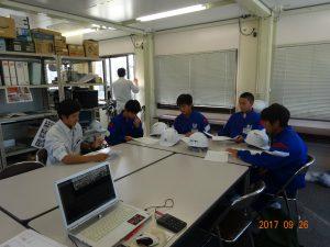 職員の冨永さんから現場の説明、注意事項などを聞いています。