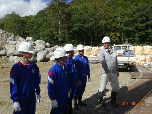 真川砂防堰堤の現場です。土木部の浅岡さんから説明を受けています。