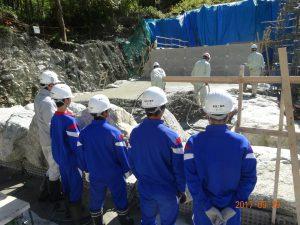 本日は砂防堰堤のコンクリートの打設をしていました。大きな石が型枠の役目をしています。