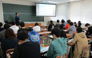 平成29年11月10日(金) 富山県立大学のF227教室にて、キャリア形成論の講演中の上田社長です。全15回の講義の14回目として地域から学ぶ「地域協働授業」で、地元企業の経営者としてお招きいただきました。地元企業へ関心を持っていただければ幸いです。