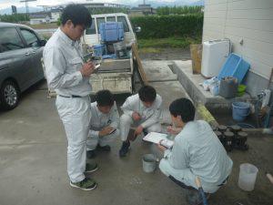 職員の方が左手に持っていらっしゃるのは「カンタブ」というコンクリート中の練り水に含まれる塩化物量を測定する試験紙のことです。