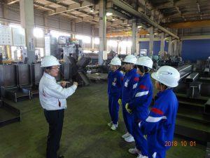 鉄工所の中で工程の説明を受けています。