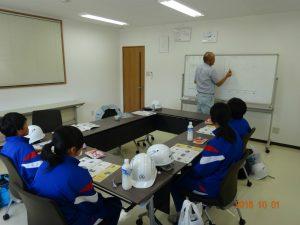 午後は砺波協立生コンさんにお世話になりました。 藤原さんからコンクリートの材料。配合比率・比重・特性などについて講義を受けています。