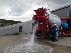 コンクリートミキサー車から生コンを排出する作業の体験をさせて頂きました。(生コンの代わりに水を使用しています)