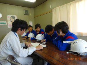 建築部の長澤さんが先ほどの測量結果から、高さの計算方法を教えています。