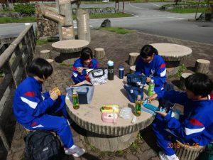 有峰林道を通り、現場へ向かう途中の有峰湖で弁当をたべました。いい天気でした。