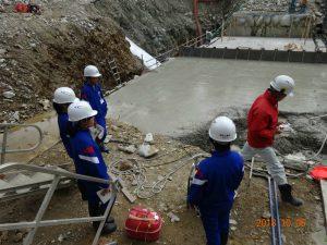 真川上流砂防堰堤の現場で島崎現場代理人から工事の説明を受けています。