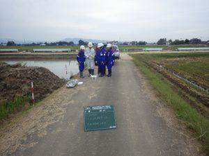 菊池所長から工事写真撮影用のドローンの説明を受けています。