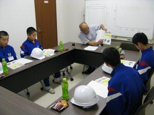 営業部長の藤原さんからコンクリートについての講義を受けています。