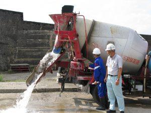 コンクリートミキサー車の操作をしています。水です。その2