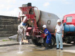 コンクリートミキサー車の操作をしています。水です。その3