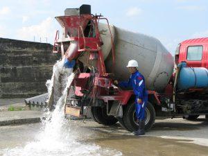 コンクリートミキサー車の操作をしています。水です。その4