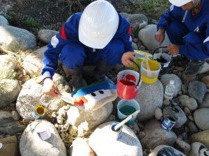 護岸工事に使用する石に絵を描いてもらいました。 コンクリートで固めて使用します。その3