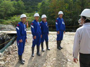 土木部の田中さんから現場の概要の説明を受けています。その2
