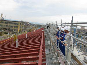 佐藤工業・砺波工業JVの砺波市立図書館の新築現場の屋根の上から見学中です。