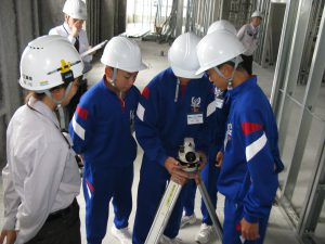 午後は測量・墨出しです。 教えてくれるのは建築部の入社1年目の谷川さんです。