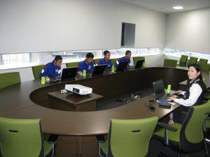 新社屋の3階大会議室で建築部の和下さんからCADを使用しての図面つくりを教わっています。
