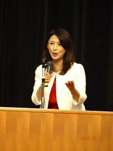 森川先生の講演中です。表情も豊で、身振り手振りも大きいですね。