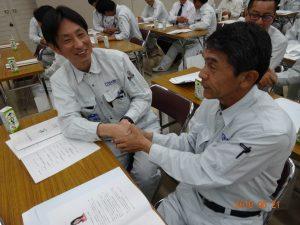 森川あやこ先生の講話は実践がたくさん。隣の人と握手して、目を合わせてにっこり笑顔の練習です。