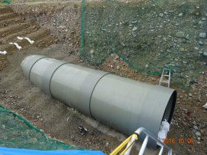 これが小水力発電用の水を運ぶ導水管(FRPM管)です。大きさはというと.....