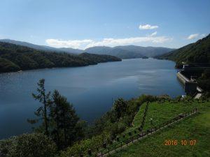 有峰湖。水を湛えてきれいでした。