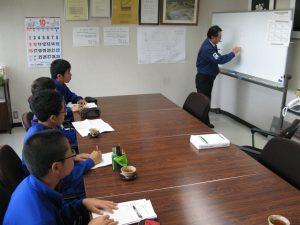 14才の挑戦初日 出町中学校の男子4名 トナミ鉄工の吉岡社長より鉄骨造についての説明を受けています