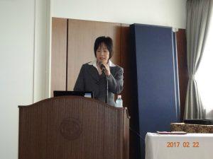 取組事例発表をする当社総務部の津田裕恵さんです