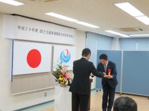 表彰状を受取る上田所長です。
