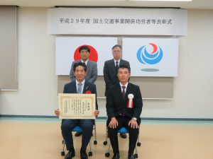 記念撮影。上田社長の後ろは現場代理人の土木部長谷一郎さんです。