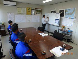 トナミ鉄工の吉岡社長から鉄骨造の特徴の講義を受けています。