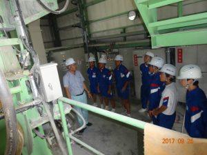 生コンクリートを製造する工場の設備の見学中です