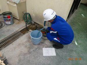 生コンクリートの材料の計量中 水です