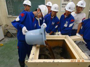 生コンクリートの材料をミキサーに投入します 水と混和材です