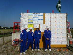 小水力発電所の建屋新築工事現場の安全掲示板の前で記念撮影。本日もご安全に!