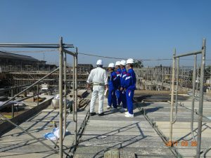 図面で見た施工途中の現場を見ています。完成すると今いるところは、体育館の空中になります。