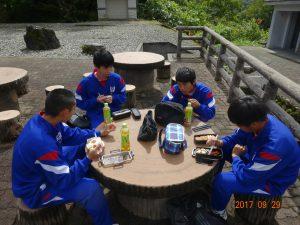 現場に向かう前に、有峰記念館で弁当を食べています。朝から小雨が降っていましたが、お昼には晴れました。