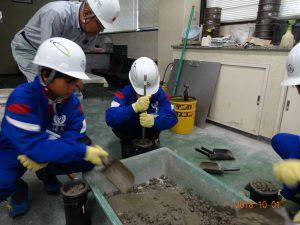 出来た生コンクリートをテストピースを作る型に入れます。