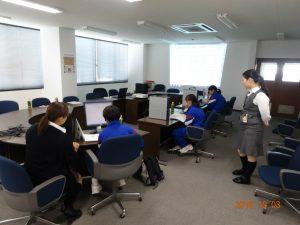 講師がプロジェクターを使ってJWWというソフトの操作を説明します。