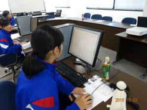 わからないことがあれば講師に聞きながら、集中して作業しています。