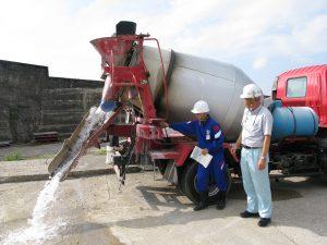 コンクリートミキサー車の操作をしています。水です。その1